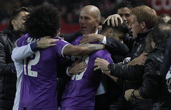 Los jugadores del Madrid se abrazan con Zidane. Foto: Ángel Fernández/ AP.