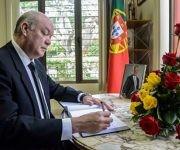 Rodrigo Malmierca firma libro de condolencias por Mario Soares. Foto: Abel Padrón/ ACN.