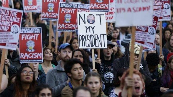 Violentos choques y decenas de manifestantes detenidos en protestas contra Trump