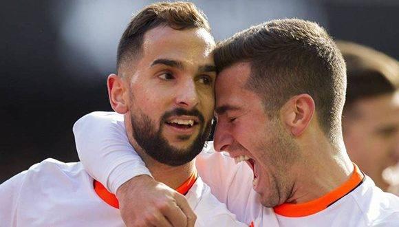 Martín Montoya y Gayá celebran uno de los goles del Valencia ante el Espanyol. Foto: EFE.