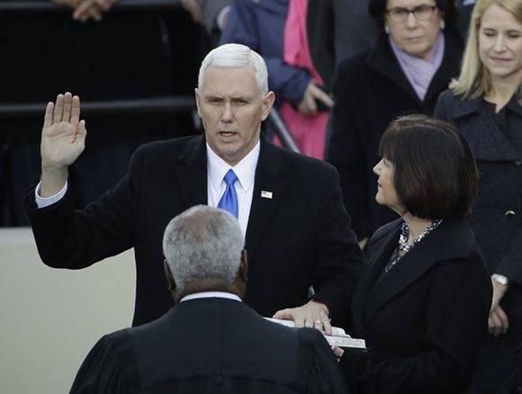 Mike Pence jura como vicepresidente de la nación. Foto: AP.