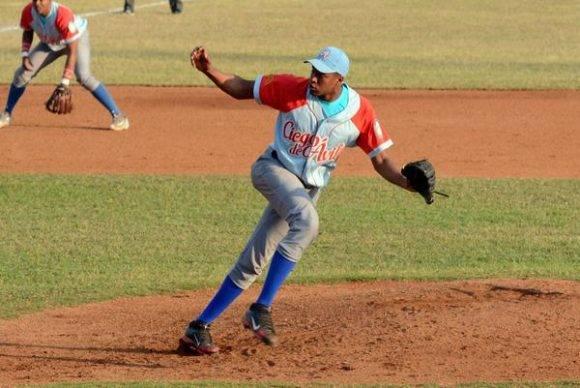 Raidel Martínez  relevista de Ciego de Ávila en el partido entre Alazanes de Granma y Tigres de Ciego de Ávila, como parte de la gran final de la 56 Serie Nacional de Béisbol que se juega en el estadio Mártires de Barbados, en Granma, el 21 de enero de 2017.  Foto: Osvaldo Gutiérrez Gómez / ACN