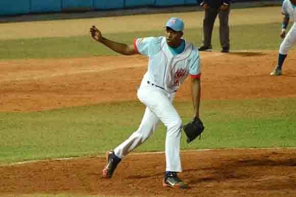 Raidel Martínez se apuntó el juego salvado con relevo de tres innings. Foto: ACN/ Osvaldo Gutiérrez.