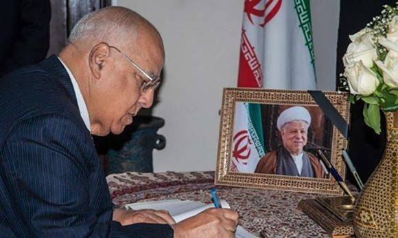 Ricardo Cabrisas firma libro de condolencias por muerte de expresidente iraní. Foto: Diana Inés Rodríguez/ ACN.