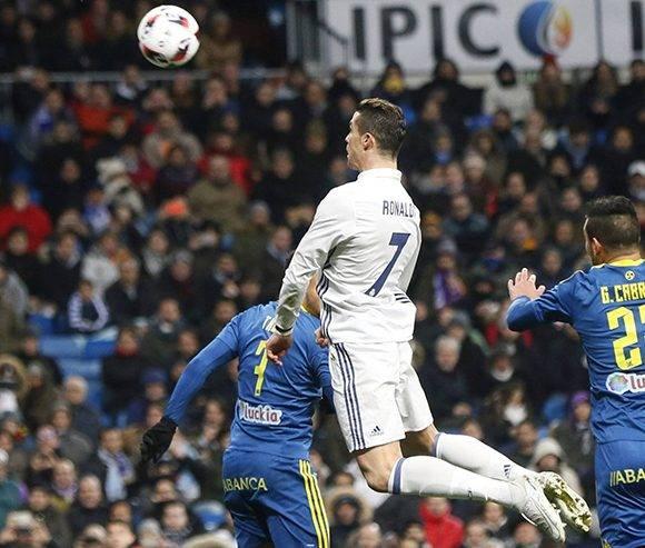 Ronaldo disputa un balón. Foto: EFE.