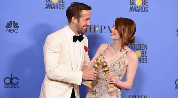Ryan Gosling y Emma Stone posan con sus Globos de Oro. Foto: Robyn Beck/ AFP.