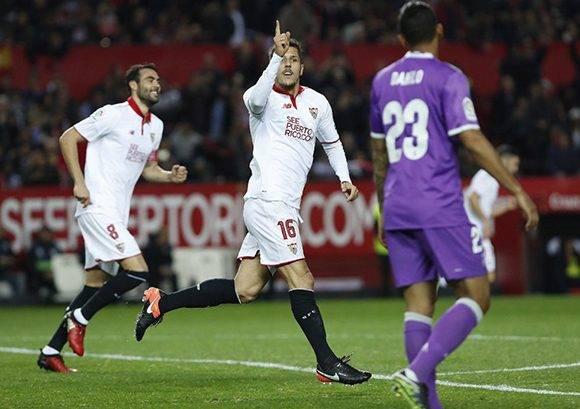 Stevan Jovetic, celebra el segundo gol del equipo sevillista, durante el encuentro correspondiente a la vuelta de los octavos de final de la Copa del Rey. Foto: Julio Muñoz/ EFE.