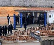 Un grupo de presos de Natal, custodiados por la policía tras el motín. Foto: Net douglas/ EFE.