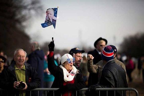 Una mujer sostiene una bandera durante la celebración número 58 de bienvenida presidencial en Washington . Foto: EFE.
