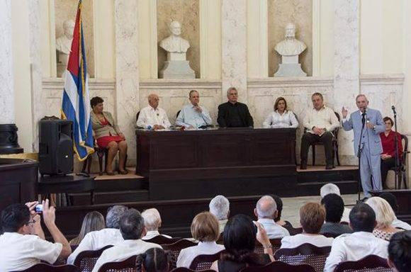 Intervención del Dr. Eusebio Leal Spengler (D), historiador de la ciudad, durante la ceremonia solemne de entrega de la Orden Carlos J. Finlay. Foto: Marcelino Vázquez/ ACN.