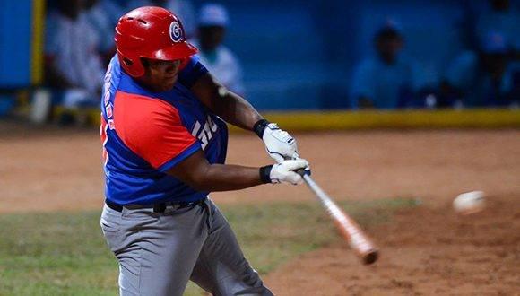 Alfredo Despaigne decidió el primer juego de la final del béisbol cubano con un espectacular jonrón frente a los envíos de Raidel Martínez en la décima entrada. Foto: Calixto N. Llanes/ Juventud Rebelde.