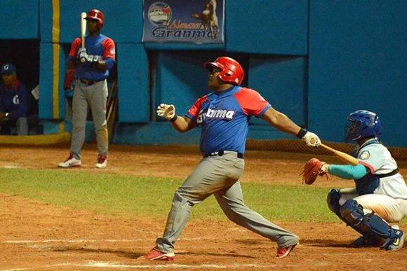 El momneto en el que Despaigne decidió el primer juego de la final de la Serie 56 en el José Ramón Cepero. Foto: ACN.