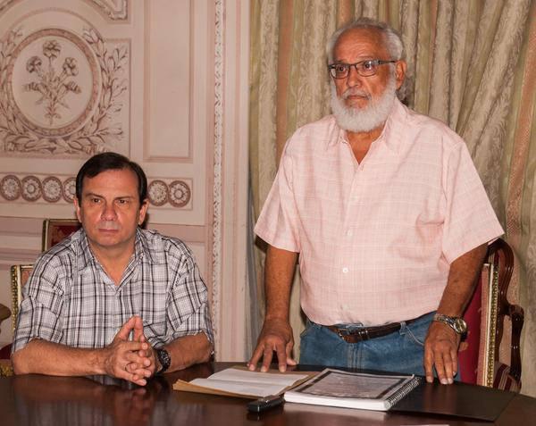 El periodista Andrés Gómez, entregó el libro al Héroe de la República de Cuba Fernando González, vicepresidente del ICAP, y Ernesto Soberón, director de Asuntos Consulares y de Cubanos Residentes en el Exterior, del Ministerio de Relaciones Exteriores. Foto: ACN