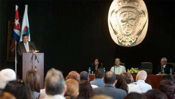 El Dr. Gustavo Cobreiro Suárez (I), Rector de la Universidad de La Habana (UH), durante su intervención en el Acto por el 289 Aniversario de la Fundación de la UH, en el Colegio Universitario San Gerónimo de La Habana, Cuba, el 5 de enero de 2017. ACN FOTO/ Diana Inés RODRÍGUEZ RODRÍGUEZ/ rrcc