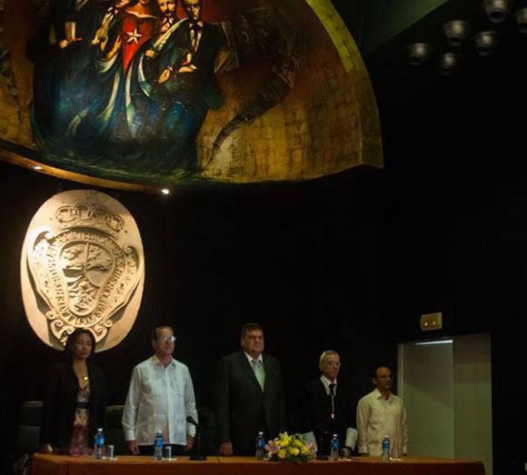 José Ramón Saborido Loidi (centro izq.), Ministro de Educación Superior, Gustavo Cobreiro Suárez (C), Rector de la Universidad de La Habana (UH), y Eusebio Leal Spengler (centro der.), Maestro Mayor del Colegio de San Gerónimo de La Habana, presiden el Acto por el 289 Aniversario de la Fundación de la UH, en el Colegio Universitario San Gerónimo de La Habana, Cuba, el 5 de enero de 2017. ACN FOTO/ Diana Inés RODRÍGUEZ RODRÍGUEZ/ rrcc