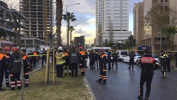 Los servicios de emergencia rodean la zona del atentado en Esmirna. Foto: AP.
