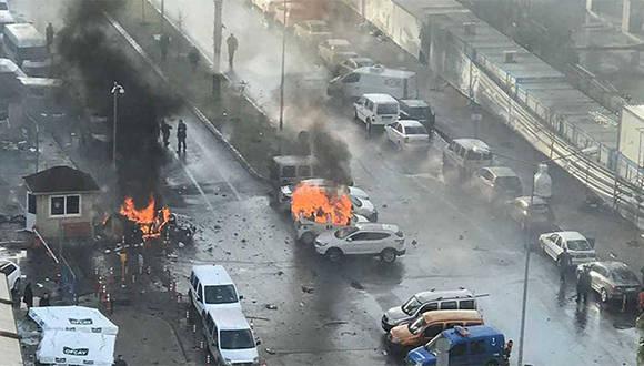 Coches ardiendo tras la explosión registrada este jueves frente a unos juzgados en Esmirna. Foto: AFP.