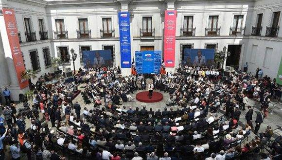 Chilenos entregaron sus propuestas para una nueva constitución. Foto: EFE.