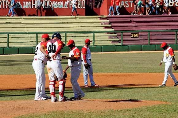 Un momento clave: la sustitución de Yera. Foto: Katheryn Felipe/Cubadebate.