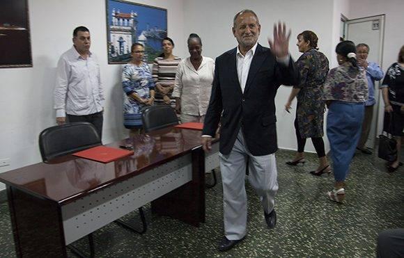 Scott Gilbert, presidente de Coabana Trading LLC, saluda a los presentes en la sede del MINCEX, antes de sus declaraciones a la prensa. Foto: Ladyrene Pérez/ Cubadebate.