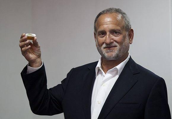 El empresario estadunidense degustó la miel cubana, otro de los productos que Cuba podría exportar a EE.UU. Foto: Ladyrene Pérez/ Cubadebate.