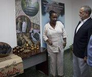 O'Reilly muestra los productos cubanos a Gilbert. Foto: Ladyrene Pérez/ Cubadebate.