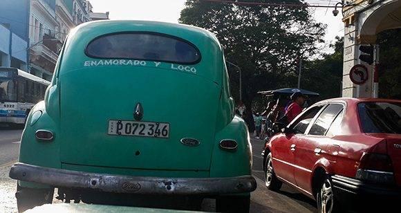 No sabríamos si montarnos en este o esperar al próximo dadas las características de su chofer. Foto: Cinthya García Casañas/ Cubadebate.