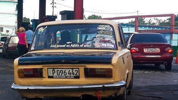 ) entre varias pegatinas y etiquetas aparece esa frase explicativa un tanto ¿redundante? Foto: Cinthya García Casañas/ Cubadebate.