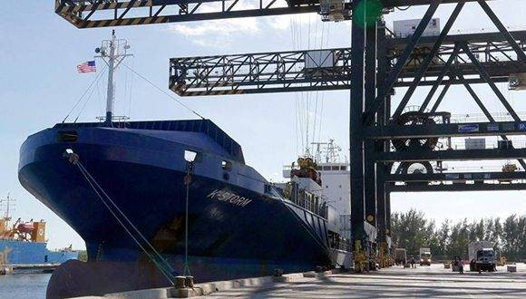 Llega a EE.UU. carbón vegetal por el Puerto Everglades en Fort Lauderdale a bordo de un barco de Crowley Maritime llamado K-Storm. Foto: AP.
