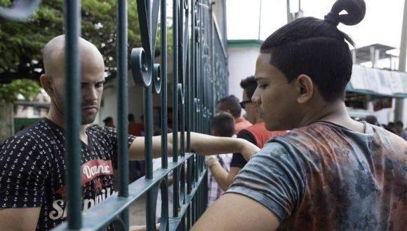 Un grupo de cubanos espera afuera de una oficina de inmigración en Tapachula, estado de Chiapas, México, el 16 de enero de 2017. MOYSES ZUÑIGA AFP/Getty Images