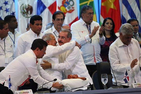 Abrazo entre el presidente de El Salvador, Sánchez Serén (izq.), y el de República Dominicana, Danilo Medina, luego de la entrega de la presidencia a los slavadoreños. Foto: @PresidenciaRD/ Twitter.