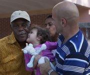 La bella Gema saluda al actor estadounidense Danny Glover. Foto: Ladyrene Pérez/ Cubadebate.