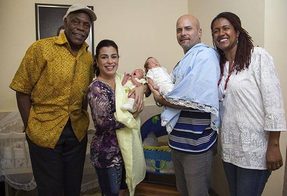 El actor estadounidense Danny Glover junto a Adriana, Gerardo y sus hijos pequeños. Foto: Ladyrene Pérez/ Cubadebate.