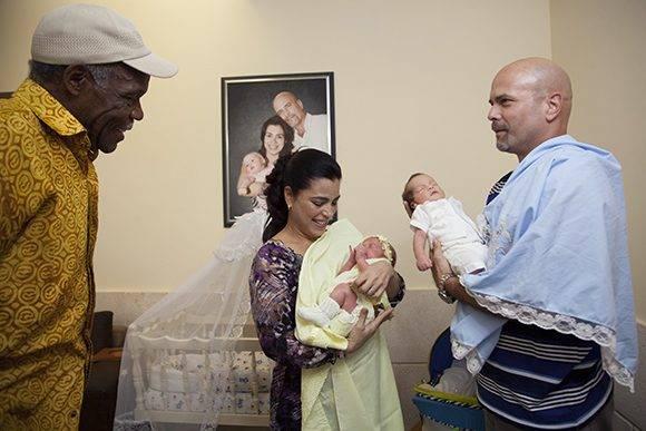 Danny Glover junto al fruto del amor. Foto: Ladyrene Pérez/ Cubadebate.