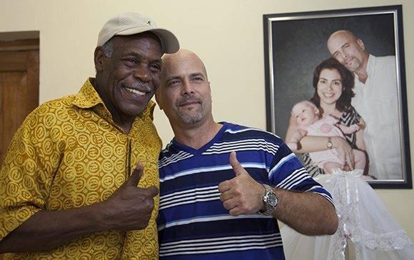 Danny Glover junto a Gerardo Hernández, en La Habana. Foto: Ladyrene Pérez. Cubadebate.