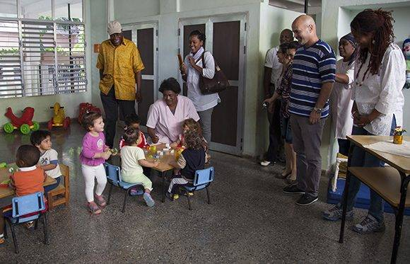 Danny Glover sorprende a Gema junto a Adriana y Gerardo en el círculo infantil. Foto: Ladyrene Pérez/ Cubadebate.