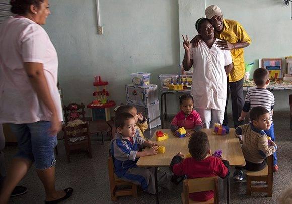 """Danny Glover en el Círculo infantil """"Canto a la esperanza"""", en La Habana. Foto: Ladyrene Pérez/ Cubadebate."""