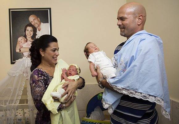 Adriana y Gerardo, junto a sus pequeños hijos Ambar y Gerardito. Foto: Ladyrene Pérez/ Cubadebate.
