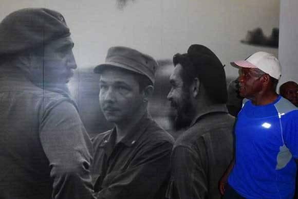 Glover conoció más de cerca la vida y obra revolucionaria del Che en el Museo dedicado su memoria. Foto: Francisnet Díaz Rondón/ CMHW.