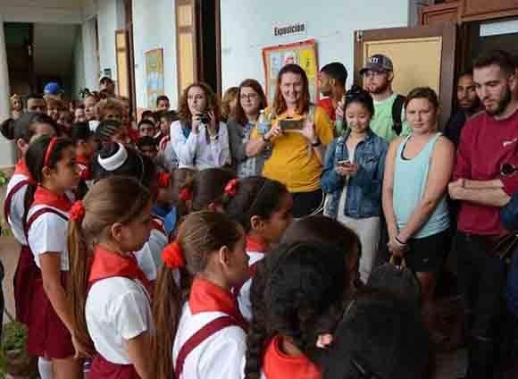 Estudiantes y profesores estadounidenses de la Universidad Centre College del estado de Kentucky, durante una visita a la escuela primaria Josué País García, en la ciudad de Camagüey, Cuba, el 10 de enero de 2017. ACN FOTO/ Rodolfo BLANCO CUÉ/ rrcc