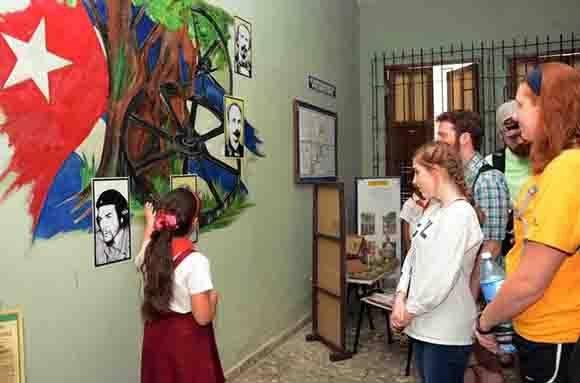 Estudiantes y profesores estadounidenses de la Universidad Centre College del estado de Kentucky, durante una visita a la escuela primaria Josué País García, en la ciudad de Camagüey, Cuba, el 10 de enero de 2017. Foto: ACN/ Rodolfo Blanco.