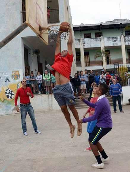 Estudiantes estadounidenses de la Universidad Centre College del estado de Kentucky, comparten un juego de baloncesto con niños camagüeyanos, durante una visita a la escuela primaria Josué País García, en la ciudad de Camagüey, Cuba, el 10 de enero de 2017. Foto: ACN/ Rodolfo Blanco.