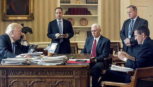 Trump conversa con líderes extranjeros desde el Despacho Oval en presencia de sus asesores. Foto: Andrew Harnik/ AP.