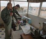 Combatientes del Ejército sirio en un puesto de control en la base de las Fuerzas Aéreas de Siria en la provincia de HomsIlia Pitalev. Foto: Sputnik.