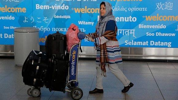 Una viajera procedente de Dubai llega a Estados Unidos por el aeropuerto John F. Kennedy (JFK) de Nueva York. Foto: Reuters.