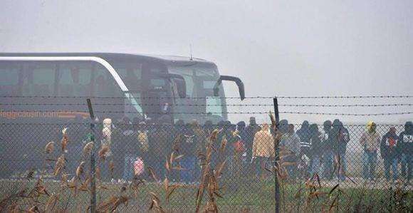Un grupo de inmigrantes se dispone a subir a un autobús antes de abandonar un centro de acogida en la localidad de Cona, en Venecia, para ser trasladados a la región de Emilia-Romaña tras la protesta de anoche después de la muerte de la joven marfileña Sandrine Bakayoko. Foto: Andrea Merola/ EFE.