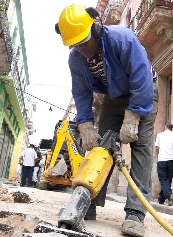 Acciones de reparación de la Empresa Cupet. Foto: Heriberto González Brito/ Trabajadores.