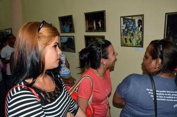 Jóvenes asistentes a la inauguración de la exposición fotográfica Por Siempre Fidel. Foto: Armando Ernesto Contreras Tamayo/ACN.