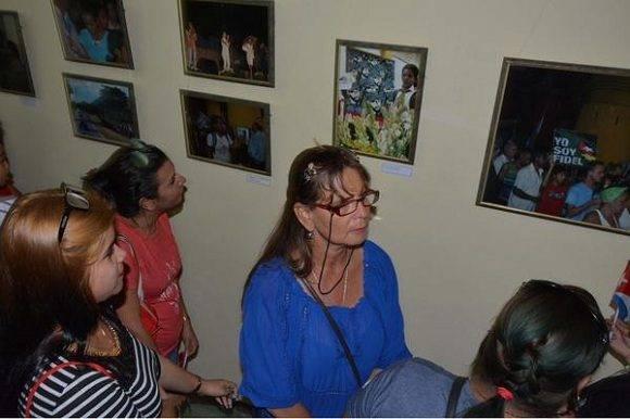 Bayameses en la inauguración de la exposición Por Siempre Fidel, en la ciudad de Bayamo, provincia de Granma, Cuba, el 2 de enero de 2017. ACN FOTO/Armando Ernesto CONTRERAS TAMAYO
