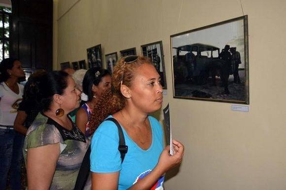 Bayameses en la inauguración de la exposición fotográfica Por Siempre Fidel, en la ciudad de Bayamo, provincia Granma, Cuba, el 2 de enero de 2017. ACN FOTO/Armando Ernesto CONTRERAS TAMAYO/sdl